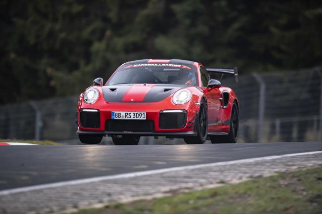 포르쉐, 911 GT2 RS MR 뉘르부르크링 랩타임 신기록 달성